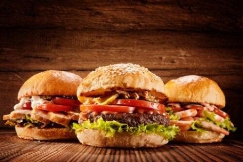 Hamburger e cibi da fast food sono da evitare per ridurre il consumo di sodio.