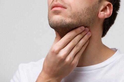 Uomo con corde vocali infiammate.