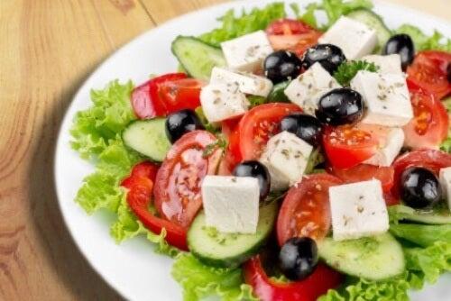 Insalata con formaggio e verdure.