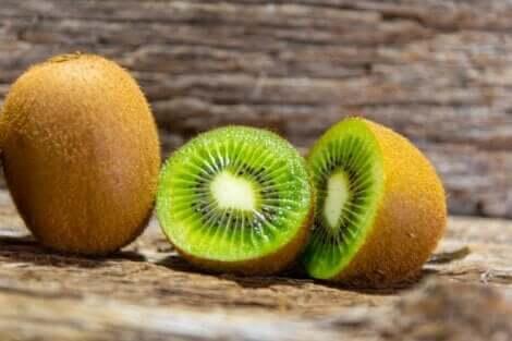 Il kiwi rientra tra la frutta a colazione.