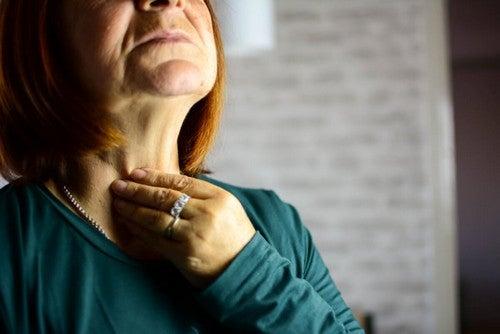 Donna con laringite e mal di gola.