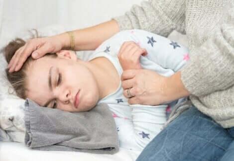 Madre che accarezza la figlia malata.