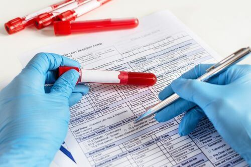 Medico che effettua analisi del sangue.