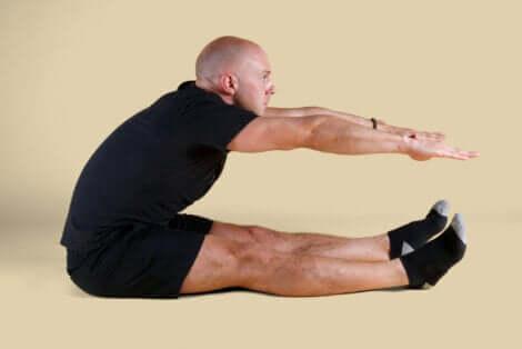 Il roll up tra gli esercizi di pilates per principianti.