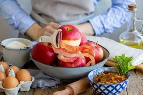 Tavola imbandita per la colazione con mela sbucciata.