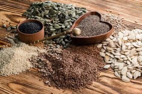 Tavolo pieno di semi che fanno bene alla salute.