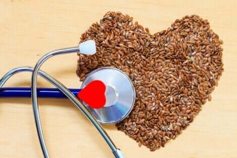 Cuore fatto di semi per prevenire le malattie cardiovascolari.