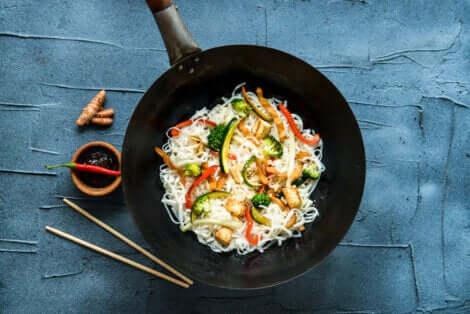 Cucina thailandese, wok con spaghetti con verdure.