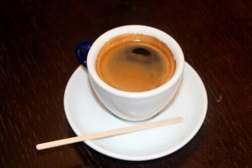 Tazza di caffè e benefici per la salute.
