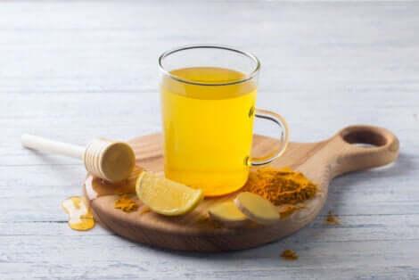 È bene non eccedere con il consumo del tè alla curcuma.