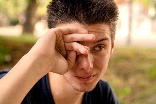 Occhi che lacrimano: quali sono le cause?
