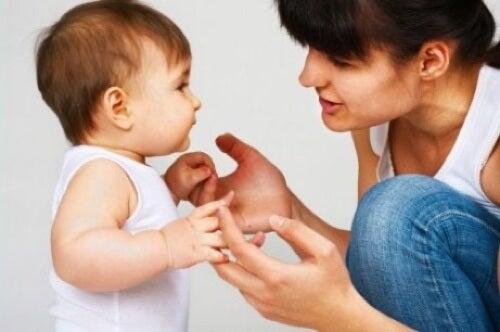 Madre che insegna al figlio a parlare.