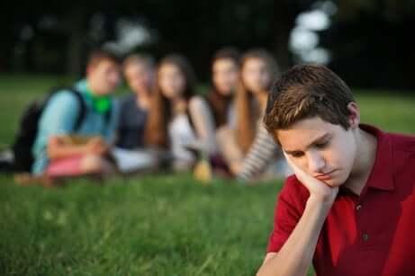 Pressione del gruppo sugli adolescenti ed esclusione.