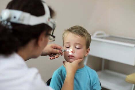 Vegetazioni adenoidi nel bambino e visita dal pediatra.
