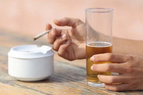 Alcol e fumo acuiscono la gastrite.