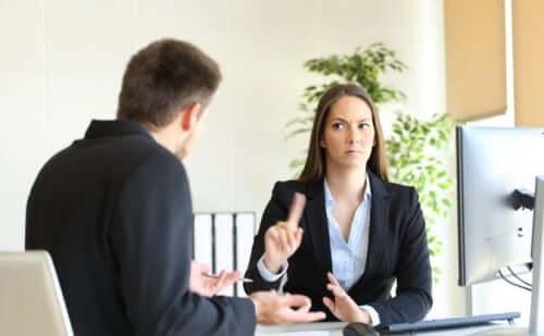 Donna che non accetta il maschilismo al lavoro.