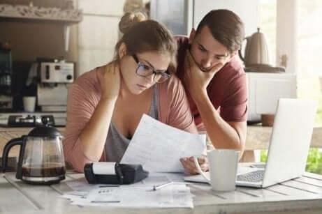 Coppia analizza le carte del divorzio per dividere i beni.