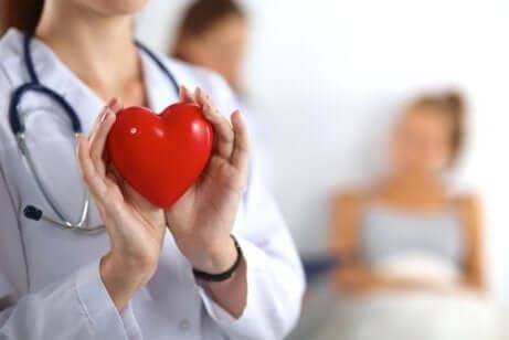 Dottoressa con cuore finto in mano.