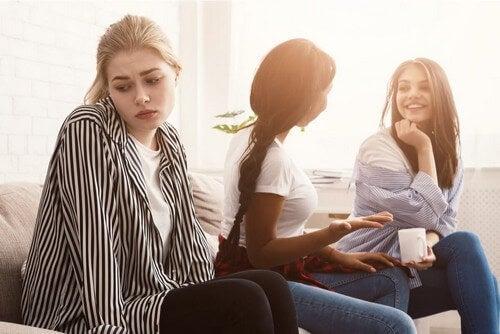 Difficoltà comunicative tra ragazze.