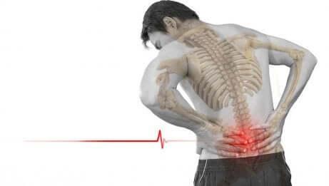 Uomo con dolore alla colonna vertebrale.