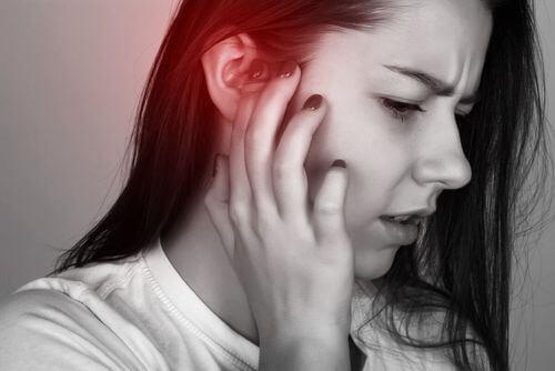 Donna con dolore all'orecchio.