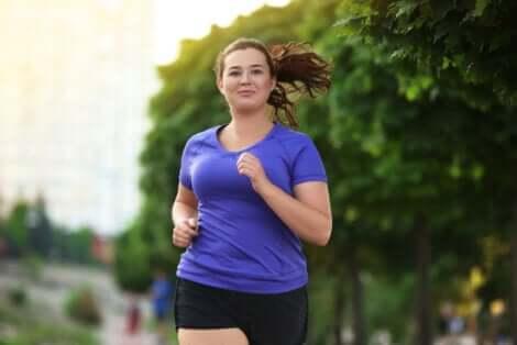 Donna in sovrappeso fa jogging.