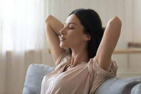 Donna rilassata esegue esercizi di respirazione.