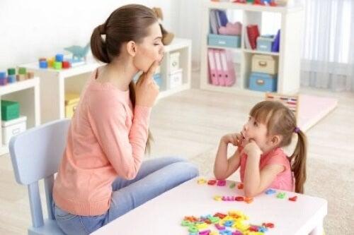 Madre che insegna lingua alla figlia.