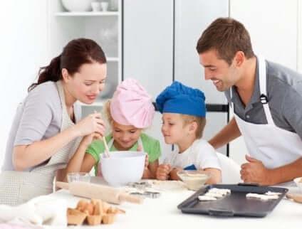 Famiglia che cucina insieme.