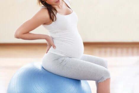 Esercizi per calmare il mal di schiena in gravidanza.