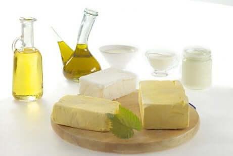 Eiminare i grassi dalla alimentazione come olio e burro.