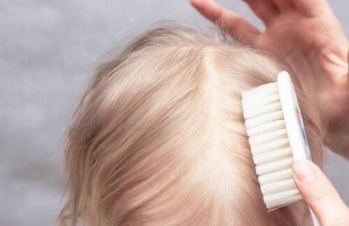 Cura dei capelli del neonato.