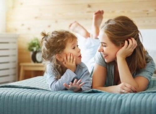 Bambina che parla con la madre.