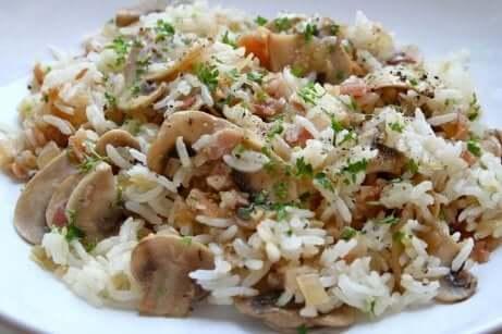 Piatto di riso integrale con funghi champignon e coriandolo.