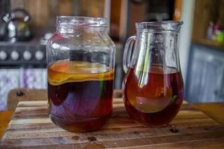 Caraffa e barattolo con tè kombucha.