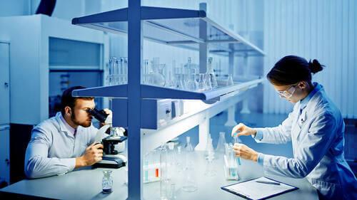 Ricercatori in un laboratorio.