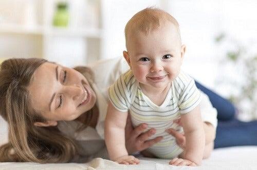 I vestiti del neonato e i tessuti adatti