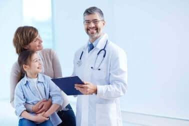 Medico di famiglia con madre e figlia.