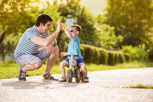 Padre batte il cinque a suo figlio in un parco.