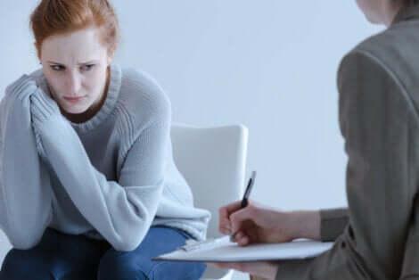 Donna ansiosa dallo psicologo.