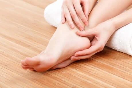 Massaggio per i piedi doloranti.