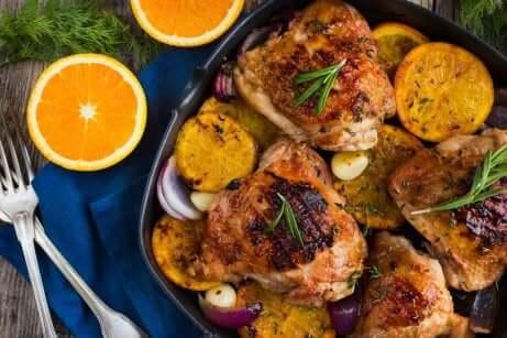 Primo piatto di pollo agli agrumi.