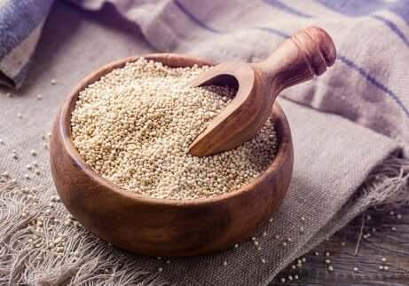 Ciotola con quinoa ideale per dieta vegana.