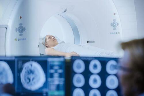 Donna che si sottopone a radioterapia al cervello.