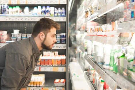 Ragazzo al supermercato davanti al banco dei latticini.