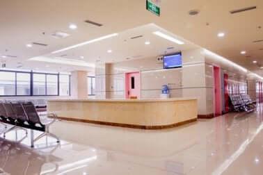 Tecniche asettiche per igienizzare le superfici ospedaliere.