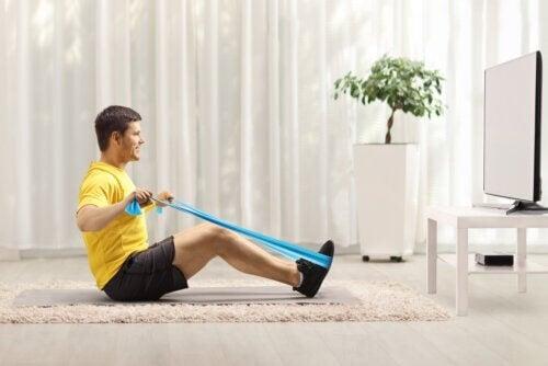 Esercizi con la banda elastica per rinforzare la schiena