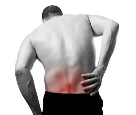 Uomo con infiammazione del nervo sciatico.