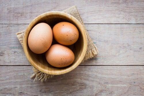 Uova dentro una ciotola.