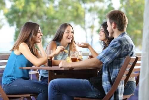 Amici che fanno aperitivo insieme.